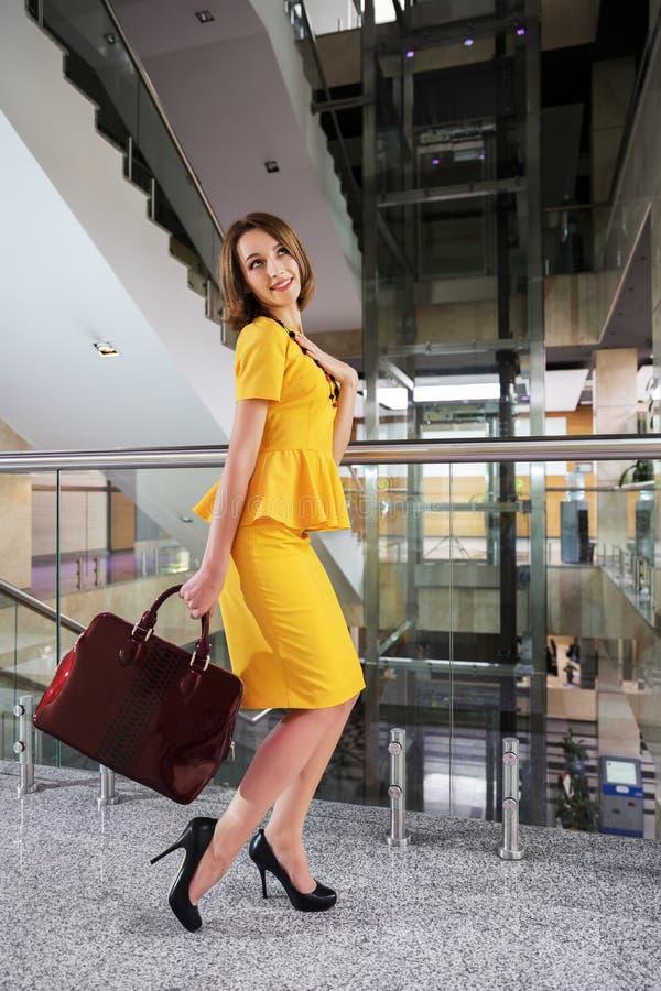 Mulher de negócio feliz no interior do escritório imagem de stock