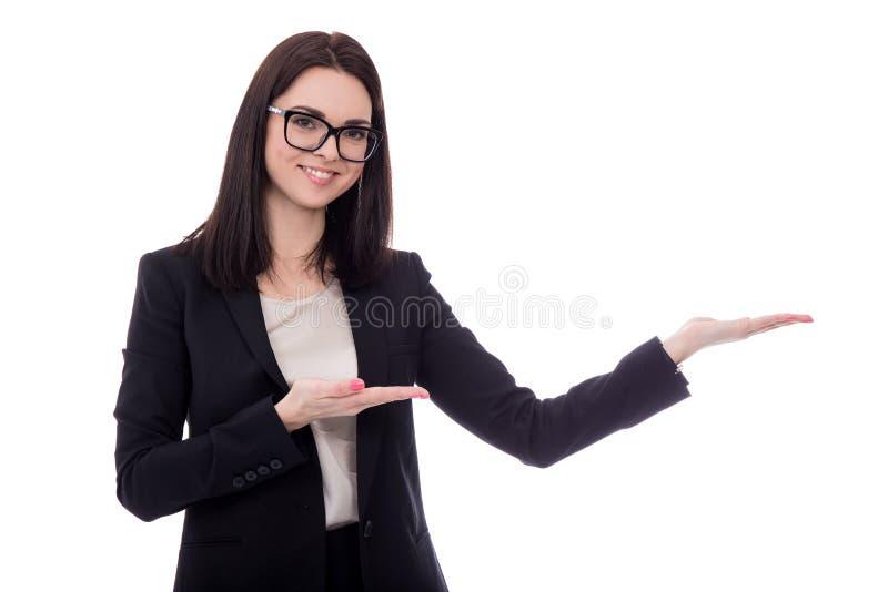 Mulher de negócio feliz que guarda ou que apresenta algo isolado sobre fotografia de stock
