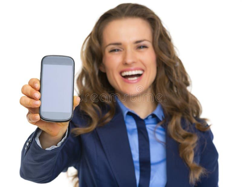 Mulher de negócio feliz que mostra o telefone celular imagens de stock royalty free