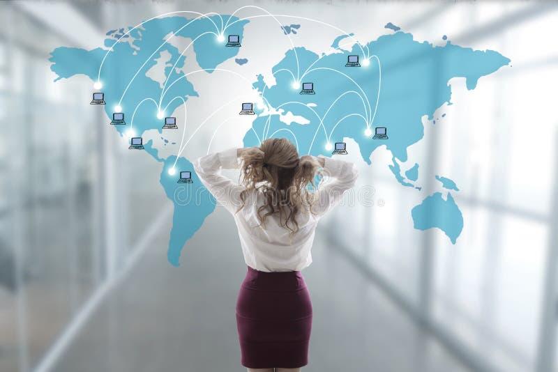 A mulher de negócio forçou para fora com o mapa fotografia de stock royalty free
