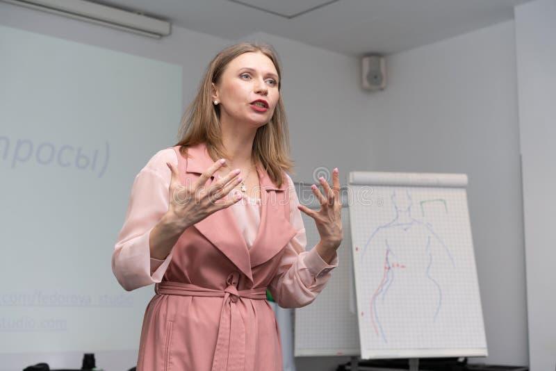 A mulher de negócio de formação do negócio conduz uma leitura imagens de stock royalty free