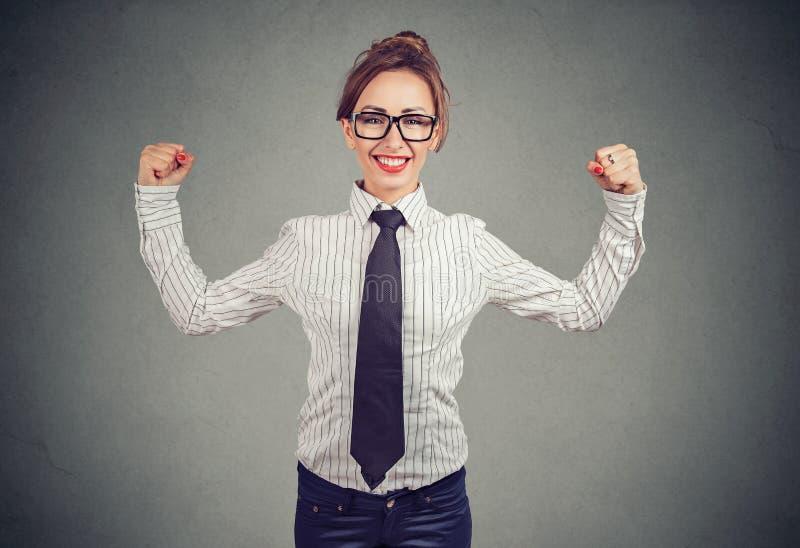 Mulher de negócio forte que mostra o bíceps foto de stock royalty free