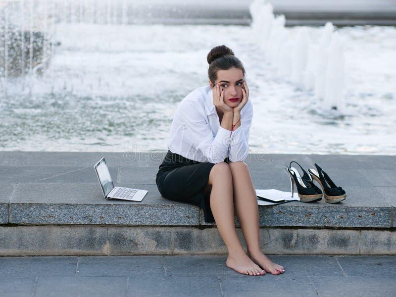 Mulher de negócio frustrante esgotada cansado da virada imagem de stock
