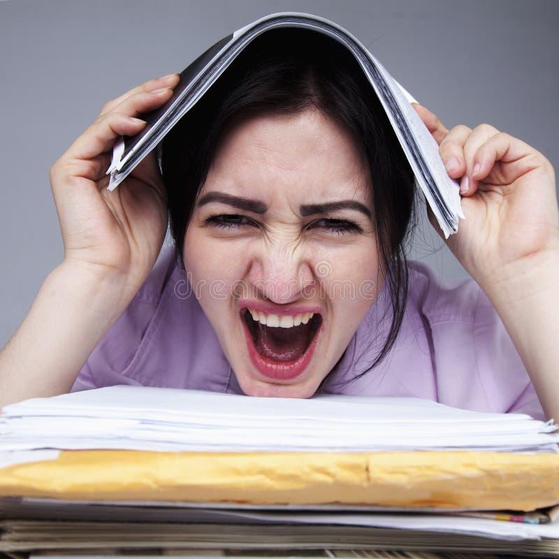 Mulher de negócio frustrante no esforço que pede o langua do corpo da ajuda imagens de stock royalty free