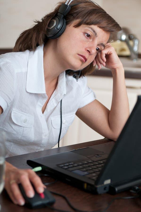 Mulher de negócio furada e cansado que trabalha em casa fotografia de stock royalty free