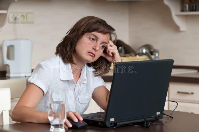 Mulher de negócio furada que trabalha em casa fotos de stock