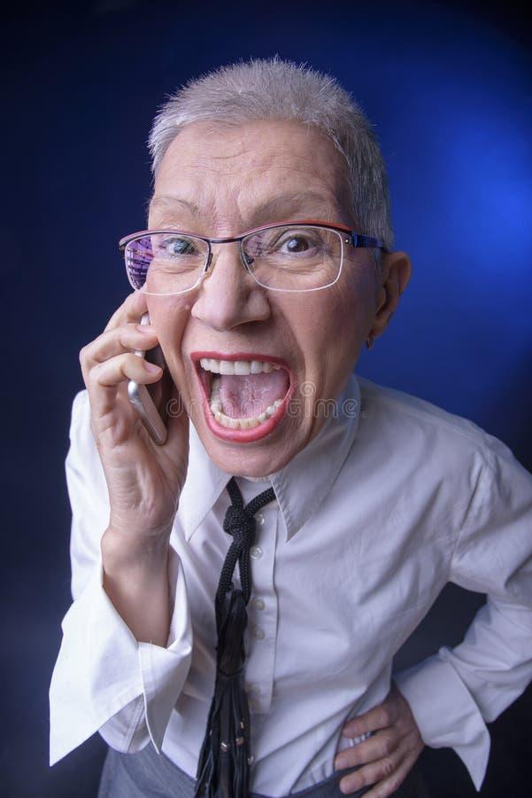 Mulher de negócio idosa louca imagem de stock