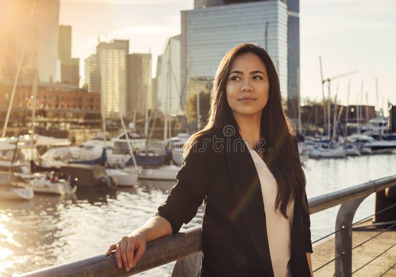 Mulher de negócio latino-americano bonita perto do rio fotografia de stock royalty free