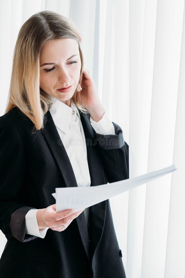 A mulher de negócio leu o trabalho executivo do escritório do original fotos de stock royalty free