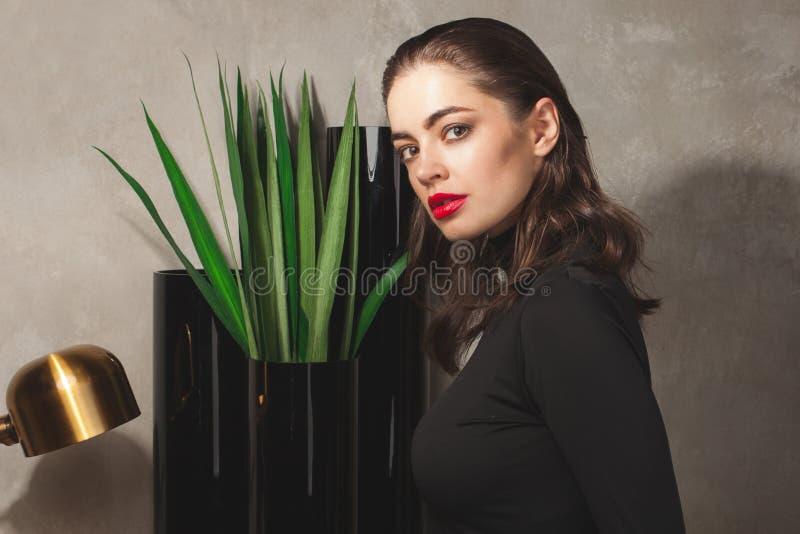 Mulher de negócio lindo no interior luxuoso imagem de stock royalty free