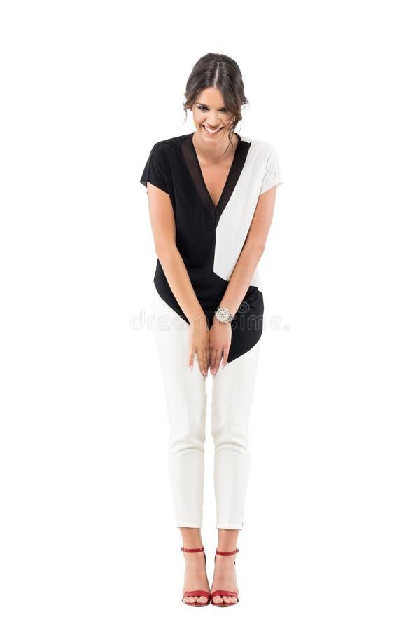 Mulher de negócio lindo no terno formal dobrado ao rir fotografia de stock