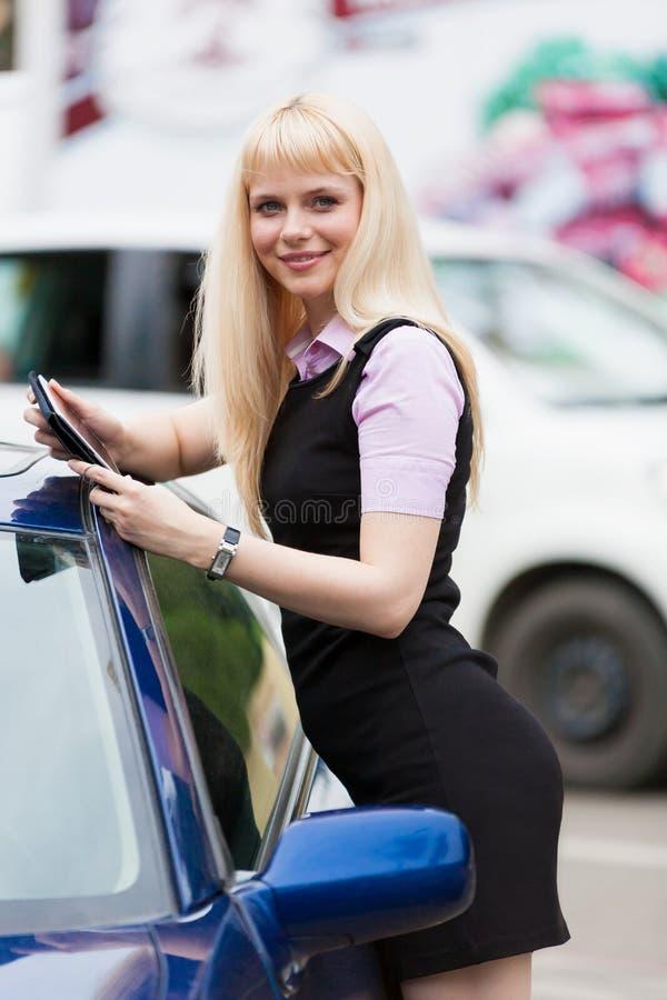 Mulher de negócio loura com tabuleta foto de stock