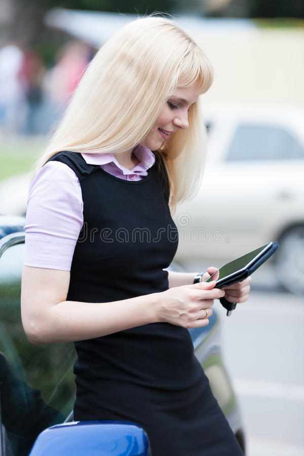 Mulher de negócio loura com tabuleta foto de stock royalty free