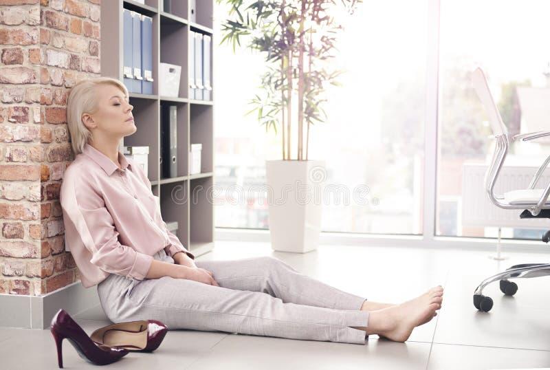 Mulher de negócio loura no escritório fotografia de stock royalty free