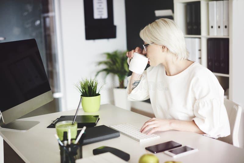 Mulher de negócio loura no escritório imagens de stock