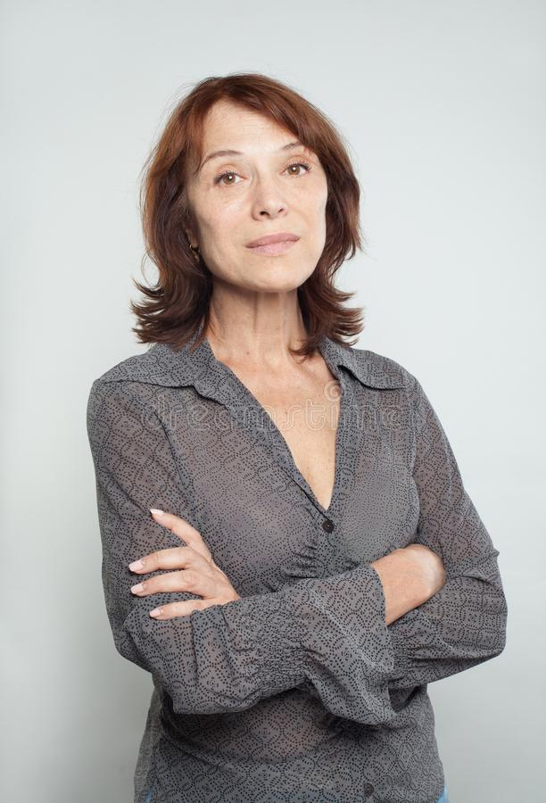 Mulher de negócio maduro com braços cruzados, retrato foto de stock royalty free