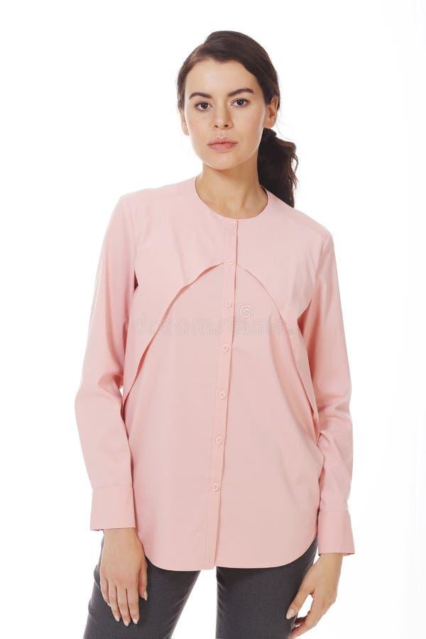 Mulher de negócio moreno na blusa formal oficial cor-de-rosa com os ruches próximos acima da foto imagem de stock royalty free