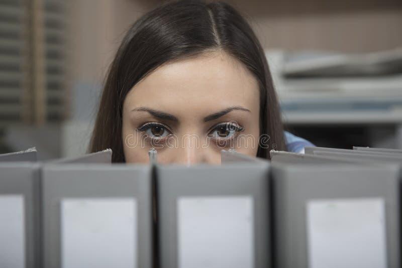 A mulher de negócio mostra os olhos tristes dos arquivos de trás foto de stock