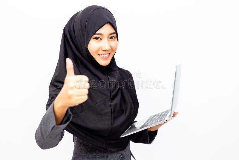 Mulher de negócio muçulmana bonita encantador do retrato Atrativo seja imagem de stock royalty free