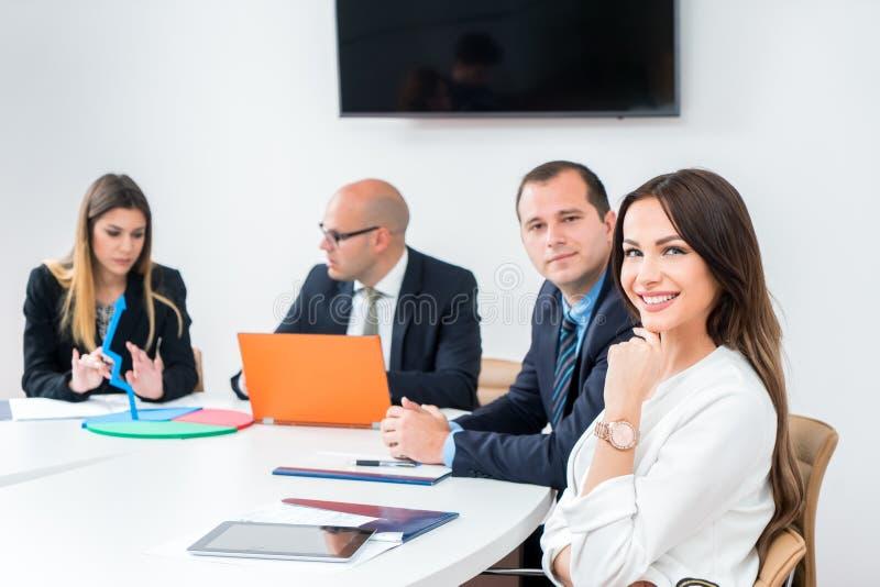 Mulher de negócio na sala de reunião da empresa da arquitetura com coll imagem de stock
