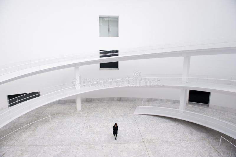 Mulher de negócio no edifício moderno foto de stock