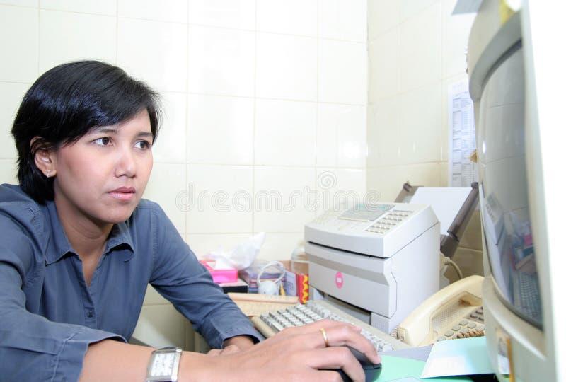 Mulher de negócio no escritório fotografia de stock royalty free