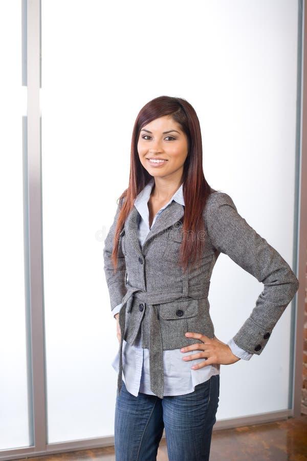 Mulher de negócio no escritório moderno fotografia de stock royalty free