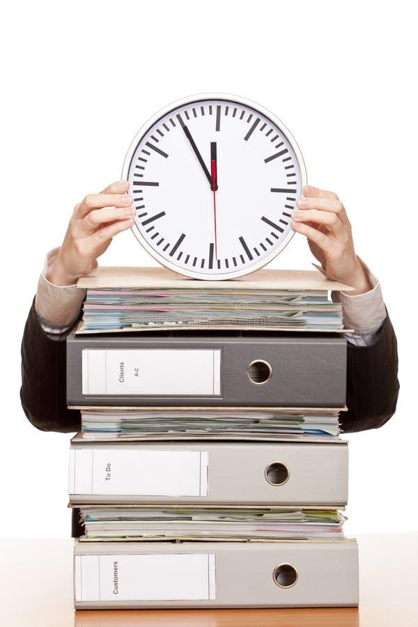 A mulher de negócio no escritório tem a pressão de tempo imagem de stock