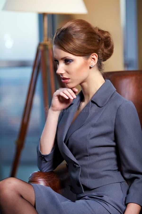 Mulher de negócio no interior moderno imagens de stock