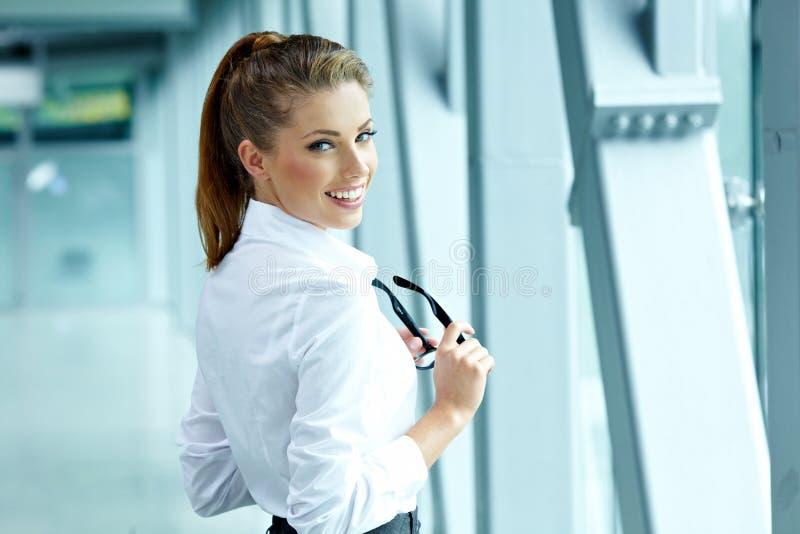 Mulher de negócio no interior moderno fotografia de stock royalty free