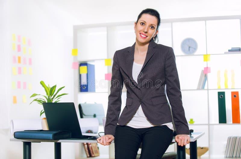 Mulher de negócio no levantamento do escritório fotos de stock