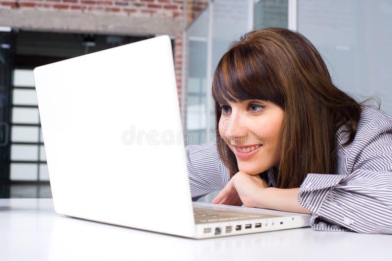 Mulher de negócio no portátil imagens de stock