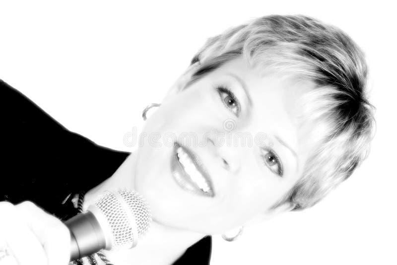 Mulher De Negócio No Preto Com Microfone Imagens de Stock Royalty Free