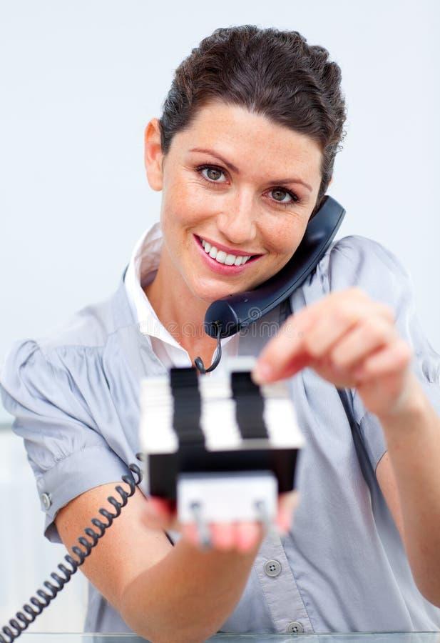 Download Mulher De Negócio No Telefone Que Procurara Pelo Deslocamento Predeterminado Foto de Stock - Imagem de macho, escritório: 12813746