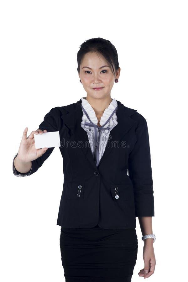 Mulher de negócio no terno preto que entrega um cartão vazio foto de stock royalty free