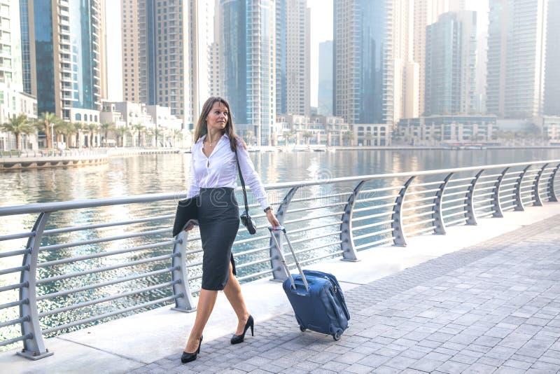 Mulher de negócio no trânsito com uma mala de viagem foto de stock royalty free