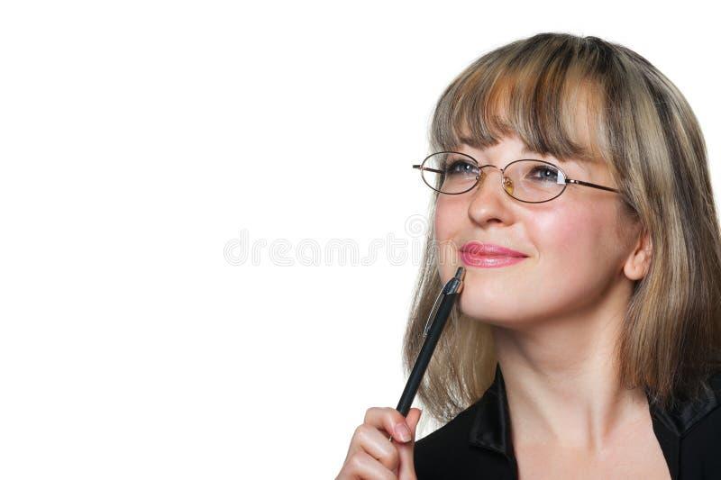 A mulher de negócio nos eyeglasses e com pena imagem de stock royalty free