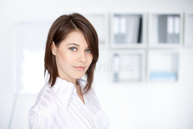 Mulher de negócio nova bonita no escritório fotos de stock