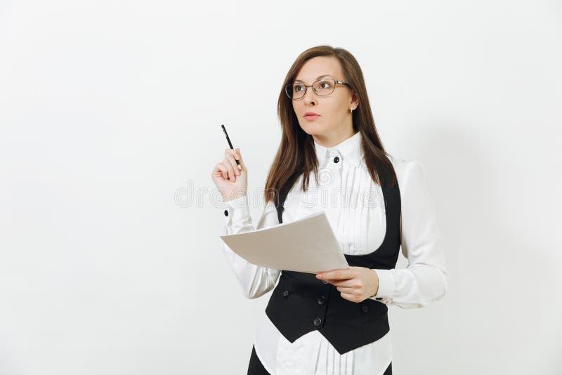 Mulher de negócio nova caucasiano bonita do marrom-cabelo isolada no fundo branco Gerente ou trabalhador Copie a propaganda do es imagem de stock