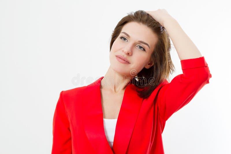 Mulher de negócio nova com cabelo saudável e a roupa vermelha da forma à moda isolada no fundo branco Cuidados com a pele, compos imagens de stock
