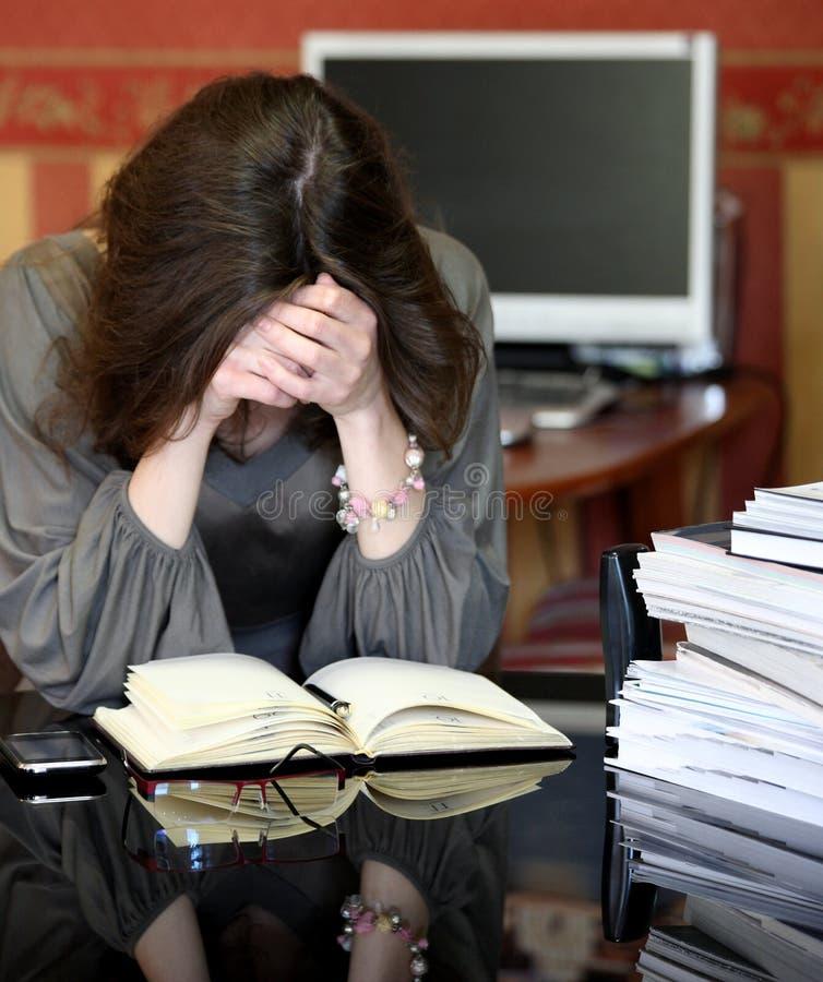 Mulher de negócio nova com dor de cabeça imagens de stock