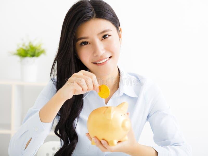 Mulher de negócio nova com piggybank imagem de stock