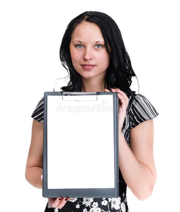Mulher de negócio nova de sorriso que mostra o quadro indicador vazio sobre o branco fotografia de stock royalty free