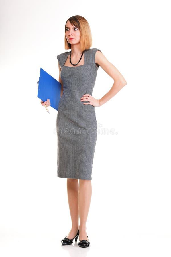 Mulher de negócio nova do comprimento completo que está com seu iso da prancheta foto de stock royalty free
