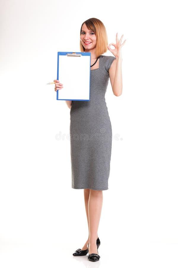 Mulher de negócio nova do comprimento completo que está com seu iso da prancheta fotos de stock royalty free