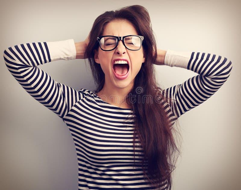 Mulher de negócio nova irritada em gritar forte dos vidros com selvagem foto de stock royalty free