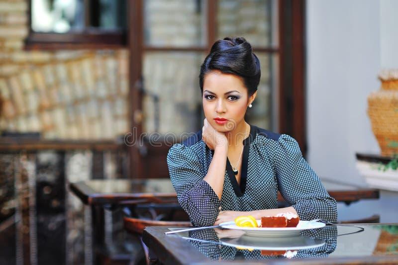 Mulher de negócio nova na pausa para o almoço no sittin do café ou do restaurante foto de stock