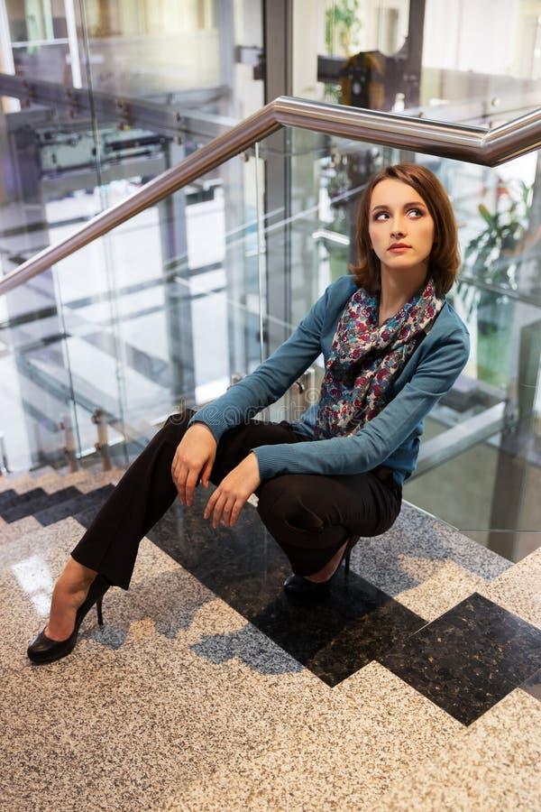 Mulher de negócio nova no interior do escritório foto de stock royalty free