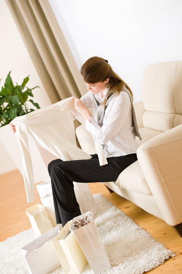 Mulher de negócio nova no sofá com saco de compra imagens de stock royalty free