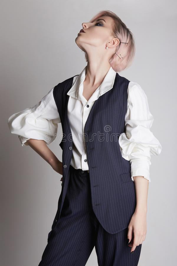 Mulher de negócio nova no terno imagens de stock